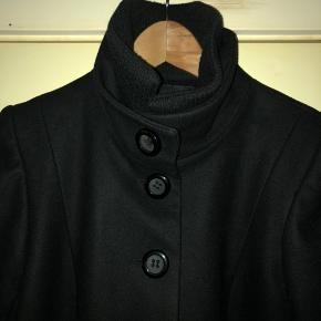 Sort uldjakke i pæn stand. Kan også bruges af en str small.