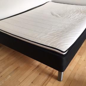 Velholdt boxmadrasseng fra Bilka med stålben. Måler 140x200 cm. Der medfølger hvid topmadras. Kan afhentes i Aarhus.