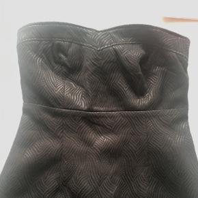 Super flot og stilet kjole med flotte mønster i stoffet.  Str s - brugt få gange Byd