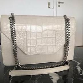 Sælger min taske, da jeg ikke får den brugt, som i kan se på billederne er den som ny.  Nypris er 13000