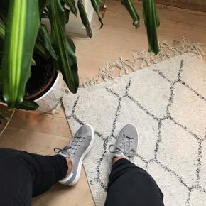 Adidas stan Smith grå sneakers. Der er en lille plet ude foran på den ene, ellers er de i god stand Con. 7/10