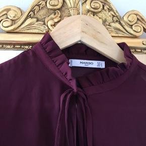 Fin Bordeaux bluse fra Mango. Den er så god som ny, og kun brugt en gang ⭐️🌲