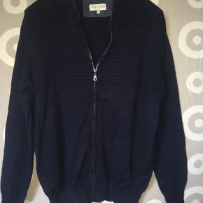 Fed cardigan med fine detaljer fra mærket Black Blue, sælges. 🤗 Mvh Julia Maria.