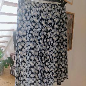 Super fin nederdel med blomsterprint. Vidde i skørtet (se sidste billede). 100 procent viskose. Brugt én gang 🌼