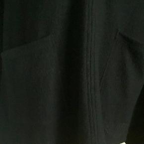 Fra NOA NOA - stort, varmt, blødt og slag / poncho. One size. Føles som uld / uldblanding - ingen vaskemærke. Hætte. To store lommer foran. Fint broderi på underkanten både foran og bagpå. Knaplukning ved halsudskæring. Brugt sparsomt. Oprindelig købspris 1100,- Sender gerne på købers regning : DAO 44,-
