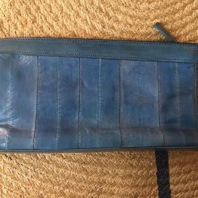 Fin, lille clutch i blå. Brugt for en del for år tilbage og ellers opbevaret i stofpose.   Nypris: ca. 699 kr.  Pris 100 kr.