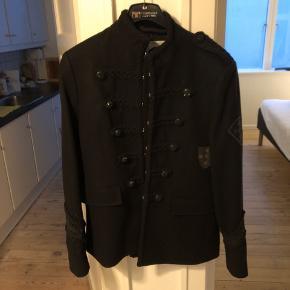 Mærket er Pretty Green og jakken hedder The Beatles Pepper Retro. Sælger jakken fordi jeg ikke kan passe den.