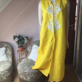 Kjole lang gul ubrugt Str xl  se mål Barm ca 104 cm Længde 126 cm  Se billederne sød og enkel model   Kan sende + Porto 39 kr gls