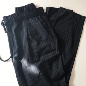 Nålestribede sorte bukser med elastik og bindesnor i taljen.  Style: Mourn 70 % polyester 30 % viskose