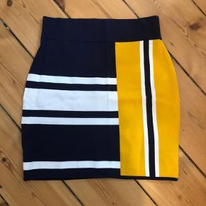 Tommy Hilfiger x Gigi Hadid nederdel. Kun brugt en enkelt gang. Sidder godt :)  Hvis den skal sendes må køber betale porto.