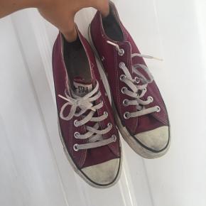 Converse sko i bourdeaux  Str. 39 (5,5)  Trænger blot til en klud