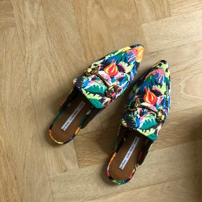 Slippers i flotte farver med spænde. Kun brugt én gang, så standen er pæn.