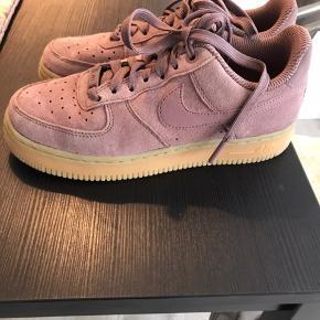 Disse sko fremstår som helt nye. De er blevet brugt en enkelt gang, og der er ingen synlige brugsspor.   Str 38 - almindelig i størrelsen.  Ny pris: 800 kr Mindste pris 450 kr   Kan mødes og handle i København eller omegn eller sende forsikret med DAO.