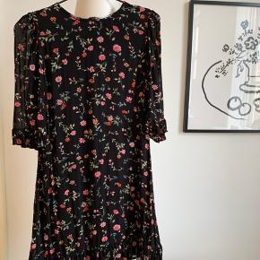 Smuk blomstret kjole fra Ganni sælges. Har aldrig været i brug. Hvis varen skal sendes, betaler køber fragten.