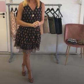 Ny top og nederdel str xl fra vero moda. Nypris 199 stk  sælges samlet for 105 kr