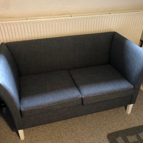 Sød 2-personers sofa (ukendt mærke) God stand - har kun en enkelt lille plet på den ene pude (har ikke forsøgt at rense den) Benene er rigtigt træ, men har malet den hvide - kan evt godt bruge en ny gang maling.