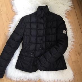 Moncler jakke sælges. Fin stand. Str 2 svarende til small