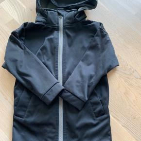 Softshell jakke - sort - lidt længere model - pæn stand - fra ikke ryger hjem  Kan sendes med posten eller hentes i Fredericia