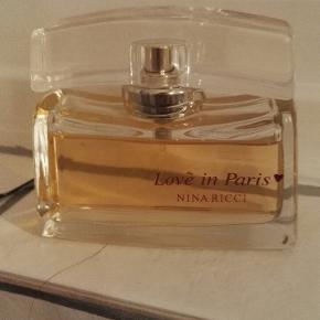 Jeg sælger den lækker nina ricci eau de parfume nesten helt ny, 45ml tilbage af 50ml