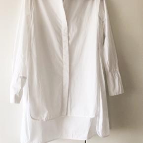 Bomuldsskjorte med slidser i siderne strl. 34. Stor i størrelsen så passer en strl. 36. Bytter ikke.