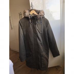 Rigtig lækker vinterjakke med pelsfór. Stort set ubrugt