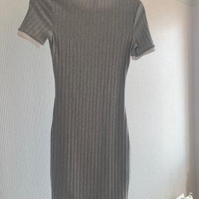 Stræk kjole fra H&M. Str. S.  Bliver solgt, da jeg ikke kan passe den mere.