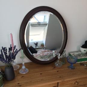 Ovalt retro spejl m. mørk træramme  Sælger mit dejlige antikke spegl -   Skriv endelig hvis du har spørgsmål :) Måler 70x60