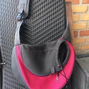Praktisk Skulder taske til lille hund op til ca 3 kg . Ingen returnering. Afhentes på 8270 Højbjerg . Reserver gerne når halvdelen af beløbet betales ved reservationen.