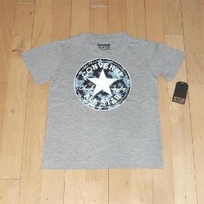 Flot t-shirt fra Converse, som aldrig har været brugt - mærket sidder stadig i. Størrelsen hedder 128-140 cm / 8-10 YRS.  Bud fra 95 kr. pp.  Den oplyste portotakst er for forsendelse med DAO.  Jeg bytter ikke.  Bluse / T-shirt Farve: Grå