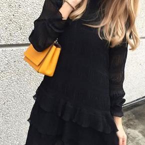 Flotteste kjole fra Neo Noir sælges, da jeg ikke får den brugt. Modellen hedder Misa Dress . Det er en størrelse small og er købt til 599 kr.   Der er en underkjole under, og den er derfor ikke gennemsigtig. Derudover er den vasket en enkelt gang, men ses ikke på stoffet. Den er som ny!  Kan sendes på købers regning🌸