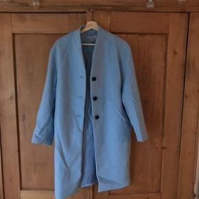 Fin klassisk lyseblå jakke fra H&M. Kun brugt et par gange, men da den har ligget i en flyttekasse er den en smule krøllet (som det ses på billedet).   Passer S/M  Søgeord: jakke, frakke, blå, lyseblå, babyblå,  klassisk, retro