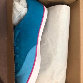Helt nye sneakers fra Nike old School i kanvas og ruskind, i fede farver. De svare til en str 38  Ny, ubrugt, i kasse med stregkode  Np 499 mp kun 275 plus Porto/gebyr