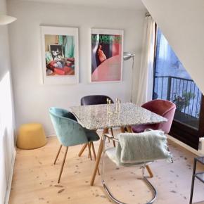 Smuk og blød grøn velour, yderst behagelig stol til spisebordet, som fashion item i hjørnet, til soveværelset or anywhere.   Alle 3 velour stole er til salg kr. 250 per stk.