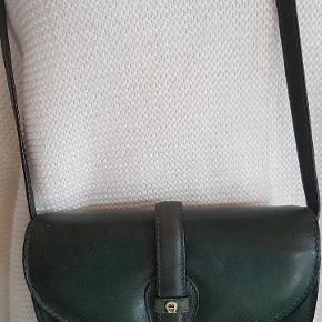 Superfin flaskegrøn taske med rem. Bælte str. 70 haves også til 99,00 i samme skind Tasken måler 29x14  #gøhlersellout