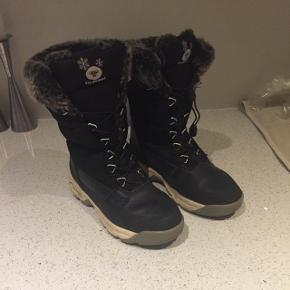 Hummel vinterstøvle med pels og varm fór indvendig. Vandtætte. Sort str. 34, som ny. Ny pris 800 kr.