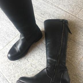 Varetype: Støvler Farve: Sort Oprindelig købspris: 1799 kr.  Flot sort skind støvle med gummisål. Brugt ganske få gange. Fejler intet. Normal str 39. Normal skaftevidde. Grov lynlås.