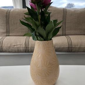 Utrolig lækker vase fra Scheurich keramik. En af dem med glat struktur. Så lækker at røre ved. Uden skader og skår. Kan sættes sammen med rigtige mange ting.  Højde: 20cm