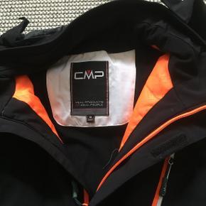 Lækker ski/vinterjakke fra CMP. Men vindstopper, vandtæt, åndbar, strech performance, vindtæt. Hellængde: 66 cm Bryst:2x54 cm