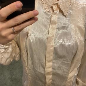 Vintage skjorte med flæser på kraven og smukke detaljer.
