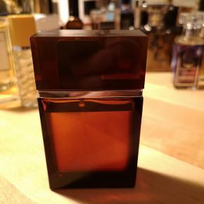 YSL M7. Jeg har en stor samling. Sælger ud af visse af mine parfumer. Jeg har en særlig præference for mystiske, røgede parfumer og mangler efterhånden plads i skabe. M7 - en af de legendariske udgivelse, da Tom Ford var kreativ chef. En meget fin duft, der stadig er moderne. Vintage flaske fra oprindeligt batch. Original indpakning følger.  Ingen interesse i useriøse bud eller folk, der vil bytte med en limited udgave af Sterling sølvpudsemiddel eller noget andet uden for kontekst.  Stiller mig gerne til rådighed for spørgsmål.  Venligst,