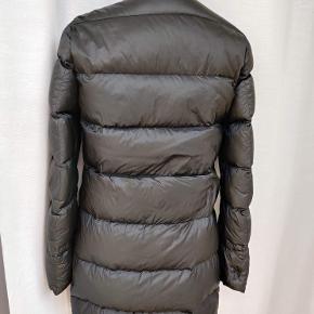 Letvægtsjakke fra Tommy Hilfiger. 2 lommer foran og guld detaljer med logo. Dobbel lynlås så du kan også have jakken lukket mens du cykler eller er aktiv.  Den kan foldes i en lomme på billedet så den ikke fylder så meget.