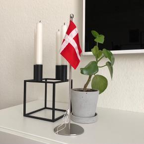 Piet Hein bordflag 35cm  Har aldrig været brugt, og fremstår derfor helt som ny  Sælges for 400kr