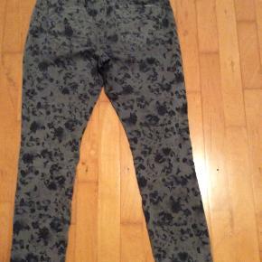 Lækre jeans, der bare er blevet for store. Ikke brugt ret meget.  De hedder str 32´´ men det kan man ikke vælge.  De måler i livet 2*41 cm  Og hel længde 101  Butikspris 699  Sælges for 100 plus porto