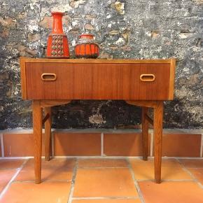 Smuk lille kommode, eller natbord. I teak og eg. Standen er flot :) prisen er 875. Kr og fast