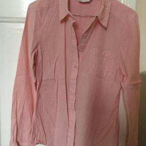 Varetype: Langærmet Farve: Rosa  Fin skjorte, aldrig brugt.