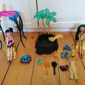"""Monster High """"beach sæt"""" inkl dukker, tøj og møbler. Meget fin stand"""