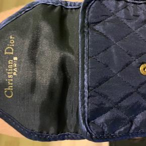 Christian Dior Toilet- & kosmetiktaske, Næsten som ny. Middelfart - Lækker til dine makeup ting!. Christian Dior Toilet- & kosmetiktaske, Middelfart. Næsten som ny, Brugt og vasket et par gange men uden mærker eller skader