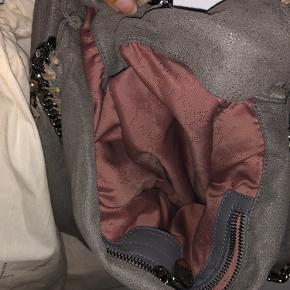 Sælger min Stella McCartney Falabella medium tote i lysegrå, da jeg ikke får den brugt nok.  Tasken er i super fin stand, men har selvfølgelig lidt tegn efter brug inkl et lille hul i tasken, som kan ses på sidste billede🌸   Kvittering og dustbag medfølger selvfølglig 🤗 Kan afhentes i Københavnsområdet og ellers sender jeg gerne (køber betaler fragt)  Kom gerne med bud ... 🥰