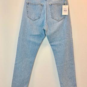 Privatbeskeder og kommentarer besvares ikke. Prisen er fast.  Helt nye Mads Nørgaard jeans med tag i str. 26. De måler 105 cm i længden og 78 cm i omkreds i taljen.
