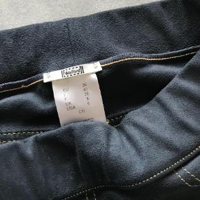 Leggings/bukser fra Wolford, lækker ruskindslignende kvalitet med stikninger som jeans. Super bløde og velsiddende, og kun brugt en håndfuld gange! Jeg er desværre groet en størrelse, så de strammer lidt på mig.   De kostede så vidt jeg husker omkring 1.900 fra nye, håber at kunne sælge til 800,00, men bud er naturligvis velkommen!   De et super flotte på, og har en lækker dusch blå farve.  Bytter gerne til et par mage til i str 38, eller måske andre lækre Wolford.  Leggings Farve: Blå